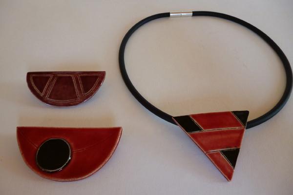 Schmuck in rot und schwarz